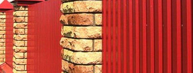Строительство забора из металлопрофиля: инструкция по возведению своими руками