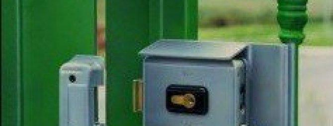 Как установить замок на калитку или ворота из профильной трубы
