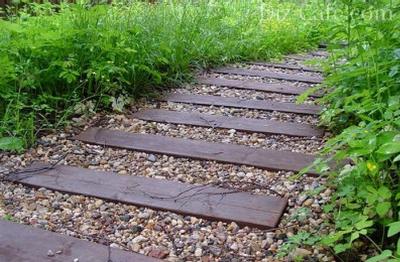 Дорожка из деревянных брусков