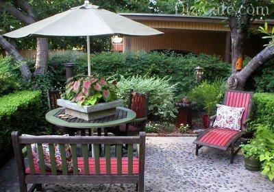 Садовая мебель задает настроение всей композиции