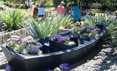 Лодка, оформленная горшечными сезонными цветами