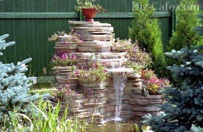 Декоративный водопад в уголке сада