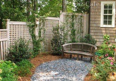 Декоративная решетка на заднем дворике