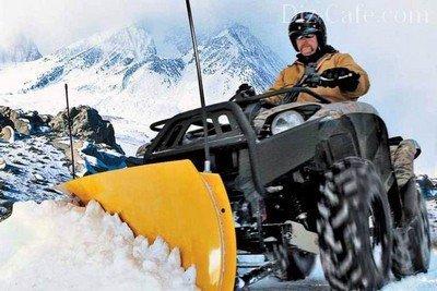 Квадроцикл с навесным снегоуборочным оборудованием