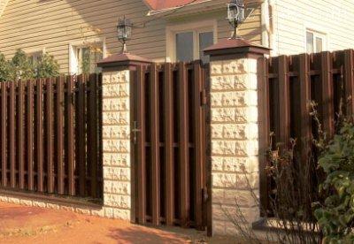 забор из железного штакетника фото