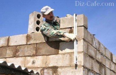 Использование уровня при кладке стен гаража