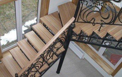 Поворотная лестница из дерева и металла