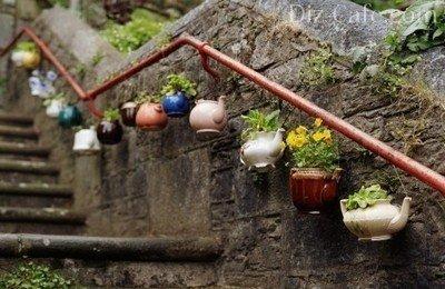 Нарядная «гирлянда» из старых чайников