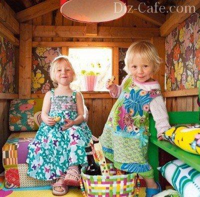 Дети в игровом домике