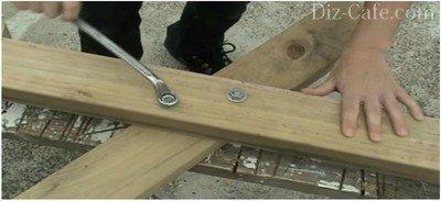 Скрепление деталей боковинок стола мебельными болтами