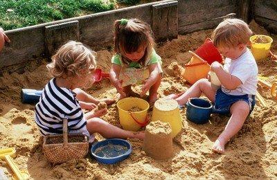 Устланная полотном детская песочница