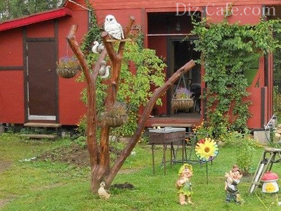 Композиция для сада с использованием засохшего дерева