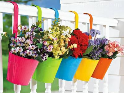 Симпатичные цветочные кашпо на заборе