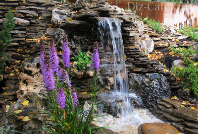 Стекающие струи водопада