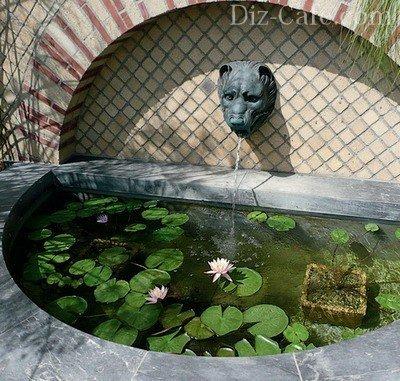Пристенный фонтан на участке