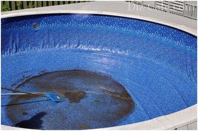 Очищение дна чаши бассейна от загрязнений