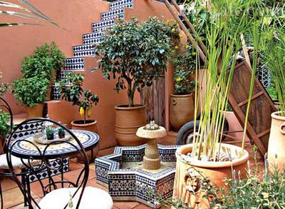Дворик, украшенный контейнерными растениями