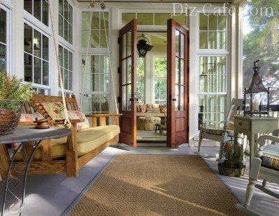 Меблировка веранды с подвесным диваном-качелями