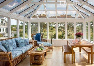 Светлая веранда со сводчатым стеклянным потолком