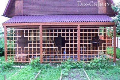 Шпалеры закрывают фасадную часть навеса