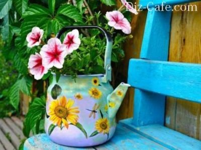 Старый декорированный чайник