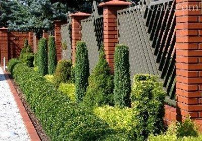 Ограда с опорными столбами из кирпича