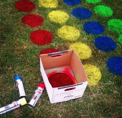 Нанесение цветных кругов на траву