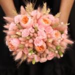 Зайцехвост нежного цвета в букете невесты