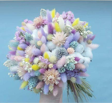 Букет из сухоцветов с применением разноцветного лагуруса