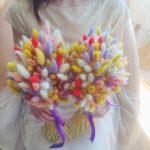 Разноцветные колоски зайцехвоста в букетах невесты