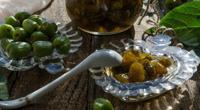 Варенье из актинидии и плоды в вазочках