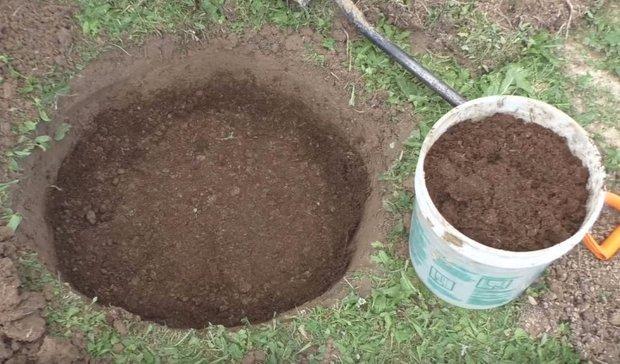 Холмик земли при заполнении ямы