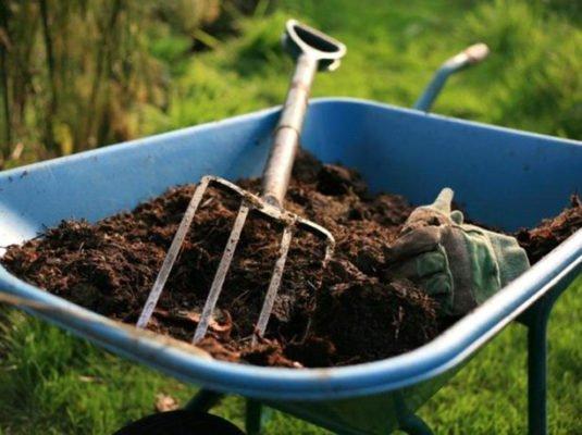 Органическое удобрение в тачке