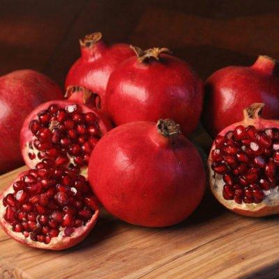 Плод граната с семенами