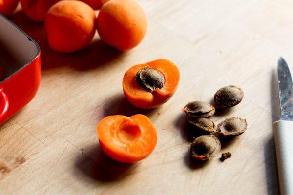 Плоды абрикоса и их косточки