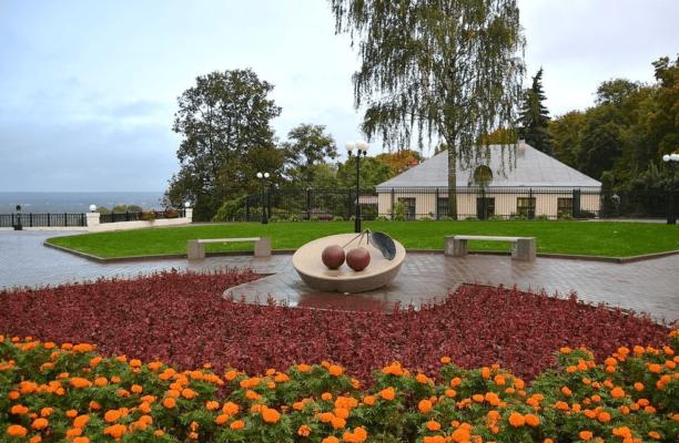 памятник вишне во Владимире