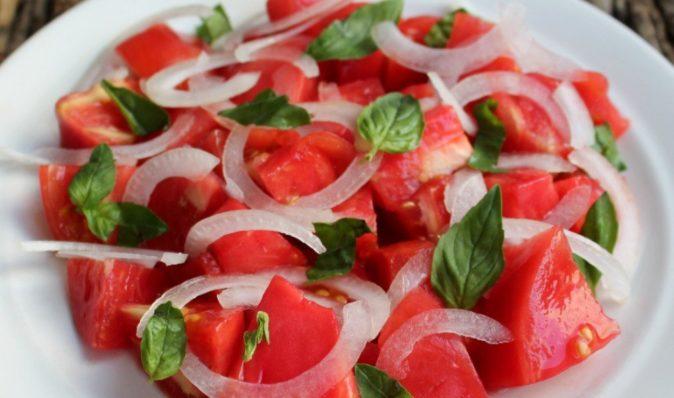 Салат с розовыми томатами