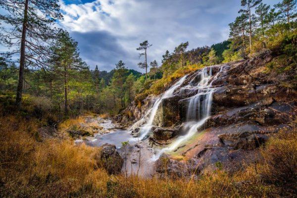 Водопад в гористой местности